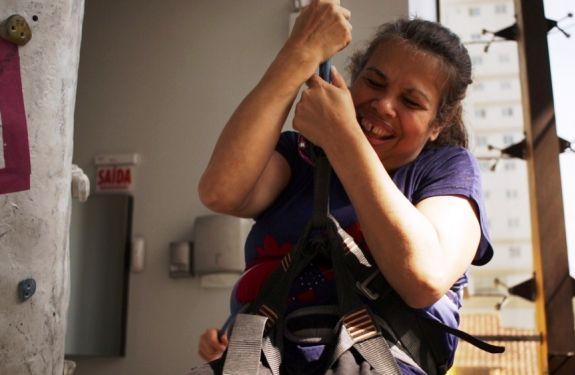Grupo com deficiência visual participa de escalada indoor