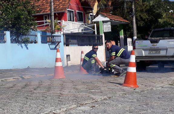 Águas de Bombinhas usa fumaça na fiscalização de ligações de redes de esgoto