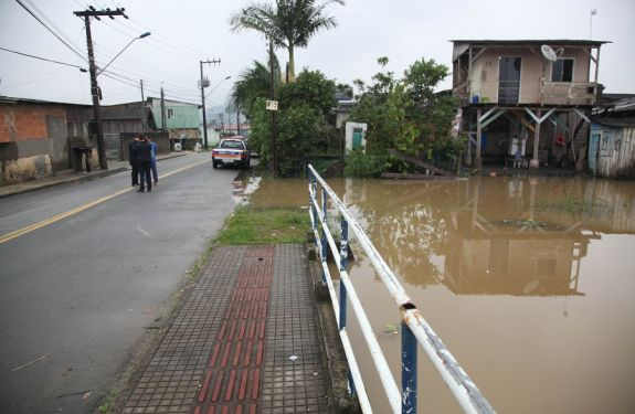 Alagamento atinge 45 ruas de Itajaí e 145 residências estão em alerta