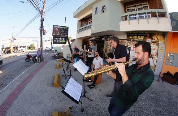 Bairros de Itajaí recebem intervenções musicais com PercuSax