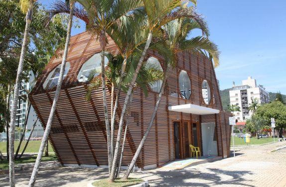 Banheiro da Beira-rio em Itajaí é atacado por vândalos