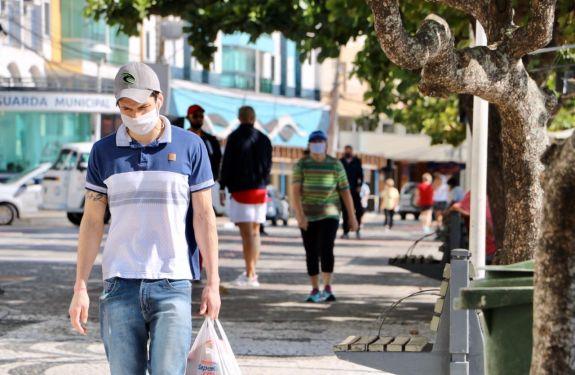 BC: Fiscalização orienta moradores quanto ao uso de máscaras e distanciamento social na Praia Central