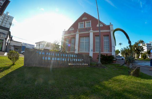 Biblioteca Pública de Itajaí comemora 18 anos de fundação