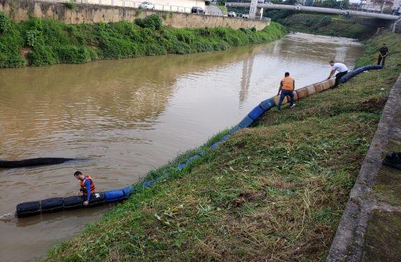 Brusque: Defesa Civil instala Ecobarreira no rio Itajaí-Mirim