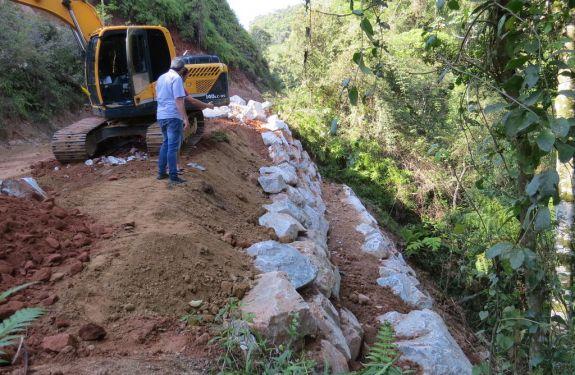 Brusque: Obras executa proteção das margens da rua Augusto Klapoth