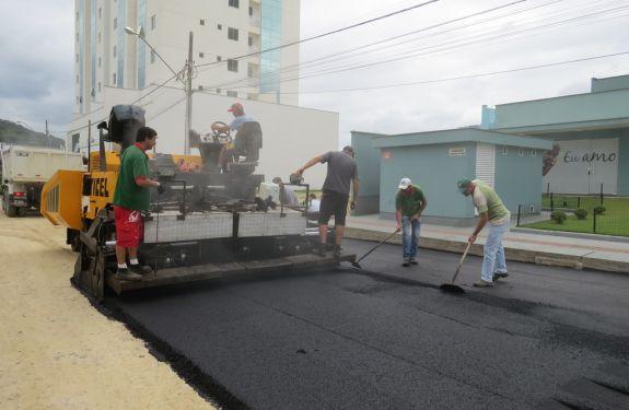 Brusque pavimenta ruas nos bairros Bateas e Santa Rita