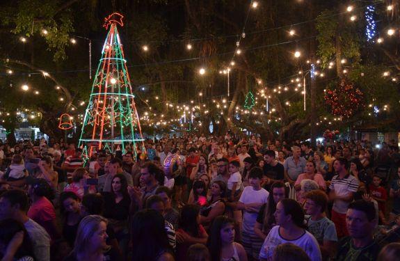 Camboriú acende as luzes de Natal com show de arte e cultura