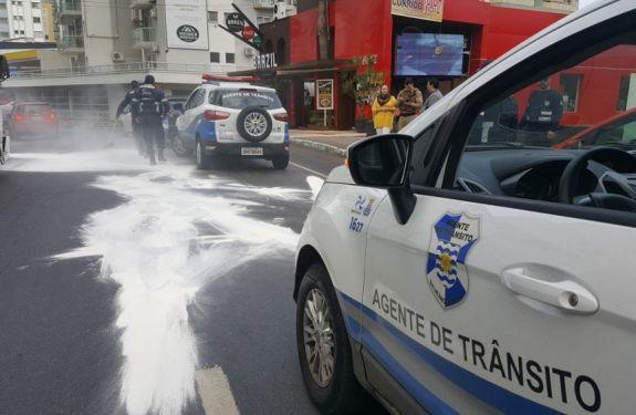 Caminhão derrama óleo em ruas de BC