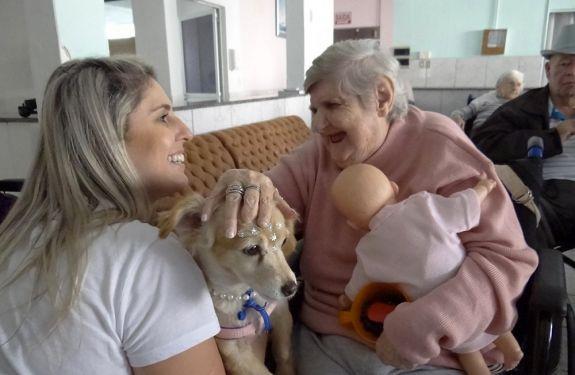 Cão Terapia levam carinho e alegria aos moradores do Lar dos Idosos