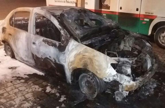 Carro da Secretaria de Saúde de Camboriú é incendiado