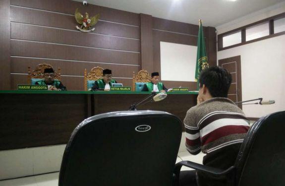 Casal gay é condenado a 85 chibatadas na Indonésia