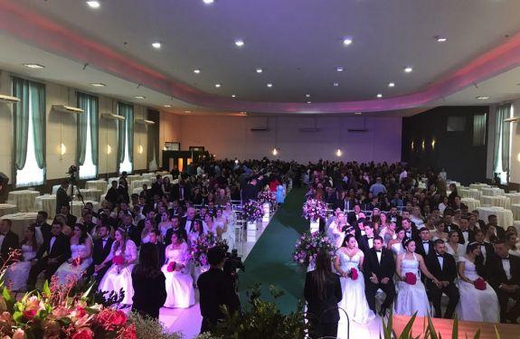 Casamento coletivo sela união de 53 casais no aniversário de Balneário Camboriú