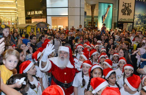 Chegada do Papai Noel reúne famílias e celebra o Natal no Balneário Shopping