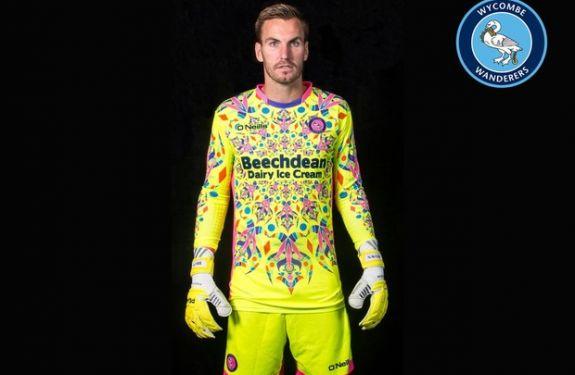 Clube inglês lança 'camisa caleidoscópio' para goleiro