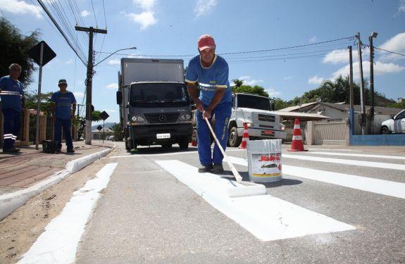 Codetran realiza a pintura de sinalizações na Avenida Itaipava