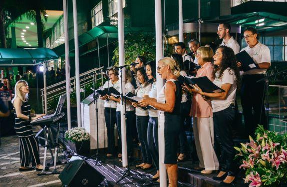 Coral da Avantis se apresenta nas janelas do Hotel Sibara em Balneário Camboriú nesta sexta-feira