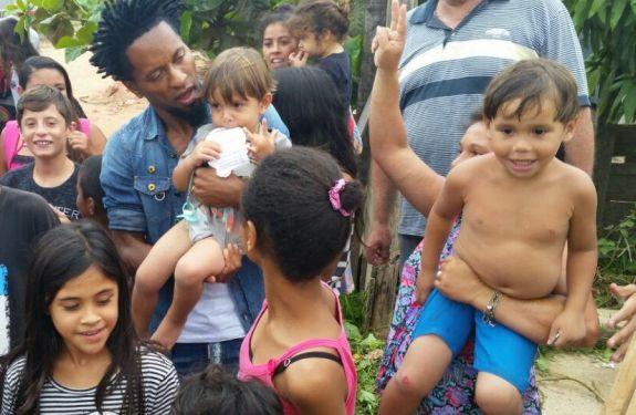 Craque Zé Roberto surpreende famílias do bairro Imaruí