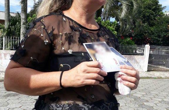 Criança de 1 ano agredida com taco na cabeça morre em Itajaí
