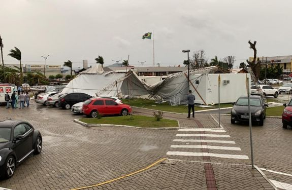 Itajaí: moradores afetados pelos fortes ventos em Itajaí...