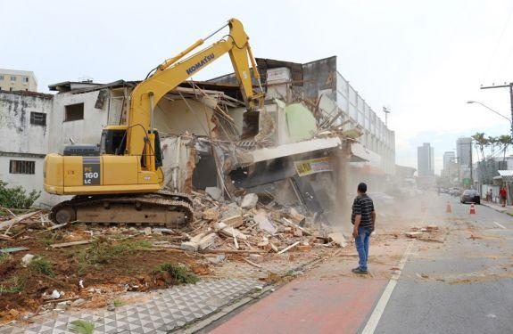 Demolição abre caminho para obras de mobilidade em Itajaí