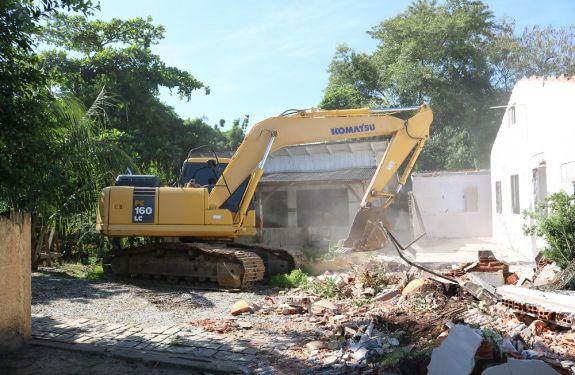 Derrubados os três imóveis no Bambuzal que darão lugar à nova ponte