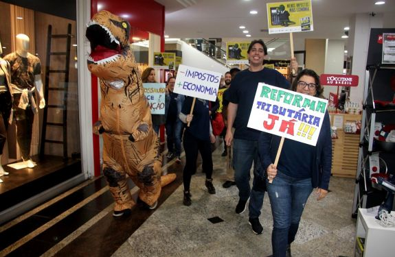 Dia Livre de Impostos mobiliza comerciantes no centro de Balneário Camboriú