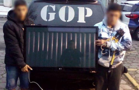 Dois jovens são presos furtando TV de restaurante em BC