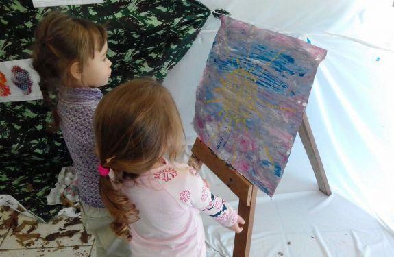 Escola promove exposição com 'obras de arte' de alunos de 3 anos