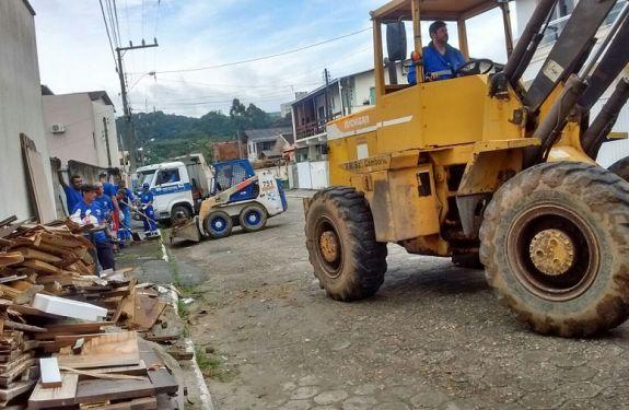 Esforço Concentrado recolhe 24 caminhões de entulho do Bairro dos Municípios