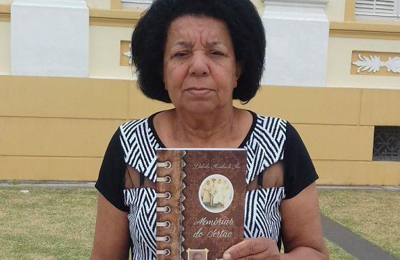 Ex-merendeira de Itajaí lança primeiro livro nesta quinta-feira