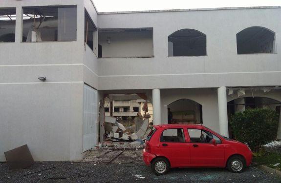 Explosão destrói parte de igreja no bairro da Barra em BC
