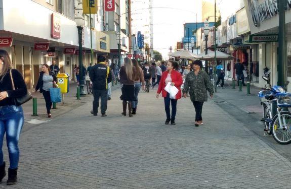 Fiscais da prefeitura trabalham para coibir comércio ilegal na Rua Hercílio Luz, em Itajaí