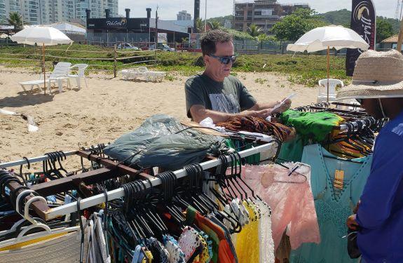 Força-tarefa fiscaliza estabelecimentos na Praia Brava