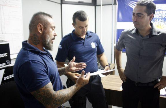 Guarda municipal recebe homenagem por salvar vida de criança afogada