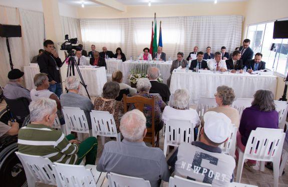 Idosos assistem à sessão no Asilo Dom Bosco em ITJ