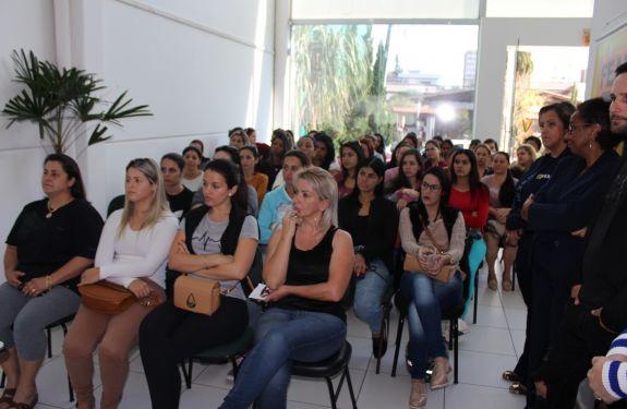 Itajaí: Aula inaugural de curso de beleza lota sede da Feapi
