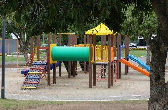 Itajaí: Avenida Beira-Rio recebe novos aparelhos de parque infantil