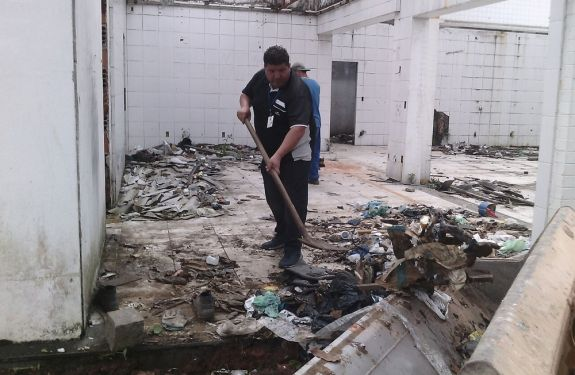 Itajaí faz limpeza emergencial contra dengue em posto abandonado