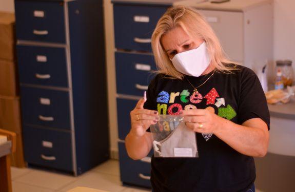 Itajaí: Fundação Cultural produz mais de 500 máscaras reutilizáveis para doação