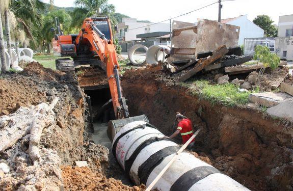 Itajaí: Obras de drenagem no Santa Regina seguem em duas frentes de trabalho