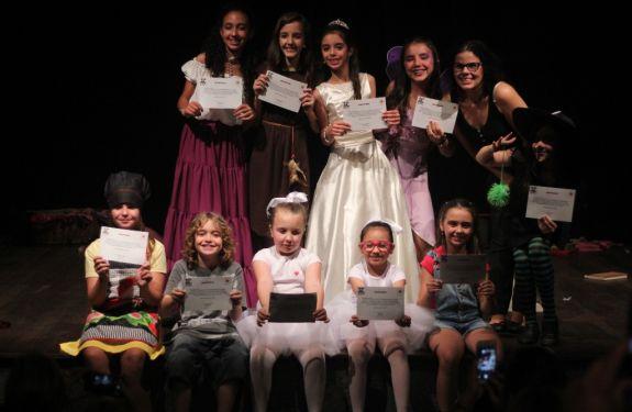 Itajaí: Porto Cênico oferece aulas de teatro para crianças, adolescentes e adultos
