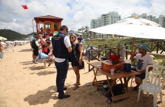 Itajaí realiza fiscalização na Praia Brava