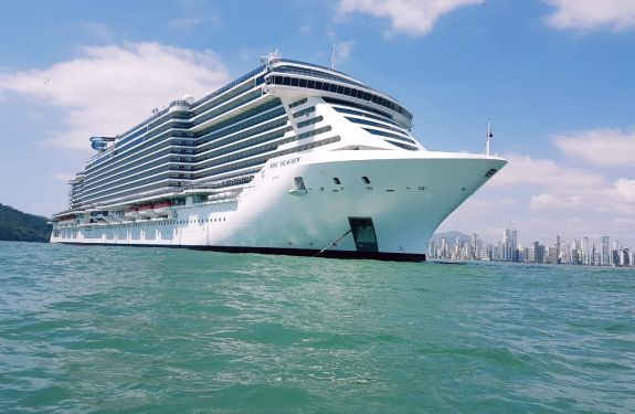 Maior transatlântico a navegar no Brasil está em BC