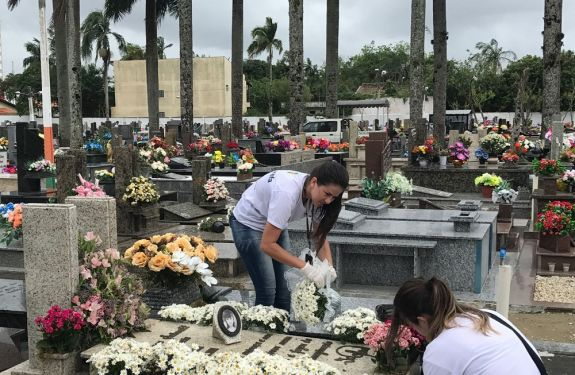 Mais de 30 sacos de lixo são recolhidos em cemitério de Camboriú