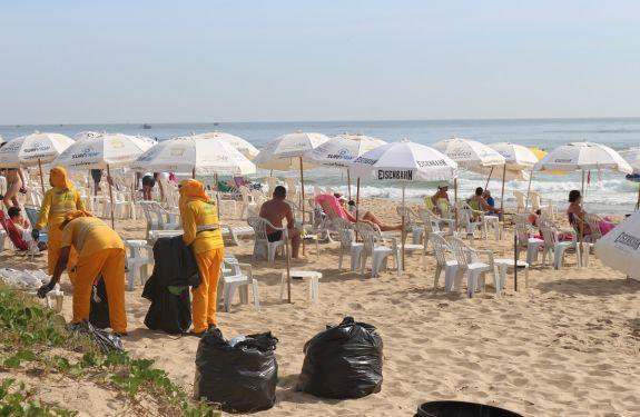 Mais de 40 toneladas de lixo são recolhidas das praias de Itajai