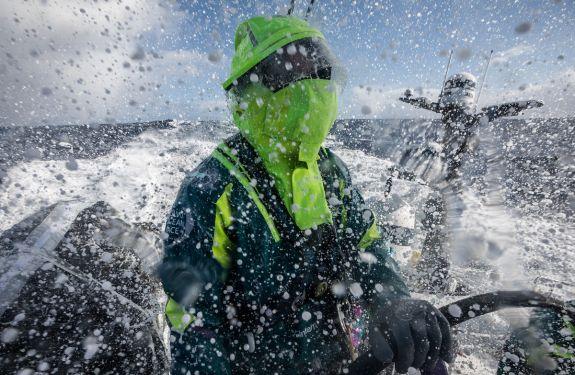 Martine Grael enfrenta adversários e muito frio na etapa Itajaí
