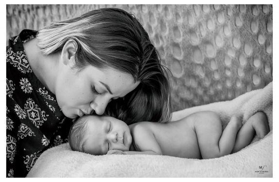 Mostra fotográfica homenageia mães em Balneário Camboriú