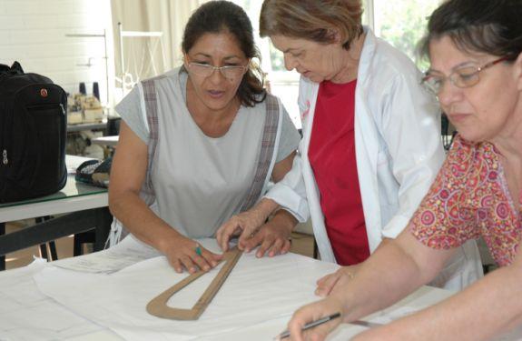 'Mulheres do Bairro' oferece aulas gratuitas de corte e costura