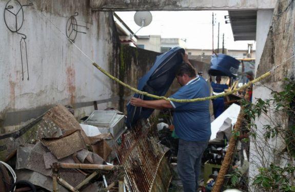 Município promove ação de limpeza em residência com acúmulo de materiais