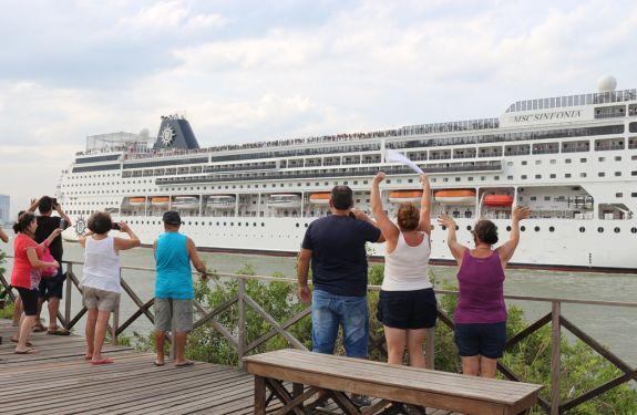 Navio de cruzeiro MSC Sinfonia encerra temporada em Itajaí...
